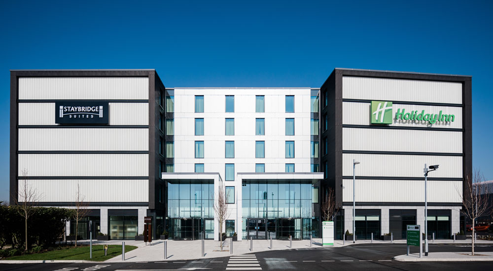 The new Bath Road hotel overlooking the Heathrow Airport T5 runway comprises of 433 Holiday Inn bedrooms, 145 Staybridge studios and 45 one-bed apartments. The 623 bedrooms are located over six floors and include public areas, reception, restaurant, bar, café, gym and associated back of house areas. The hotel provides meeting space, conference room capacity and extensive public areas set around the five-storey atrium. The layout allows a series of internal and external courtyard spaces with guestrooms wrapped around the outside.