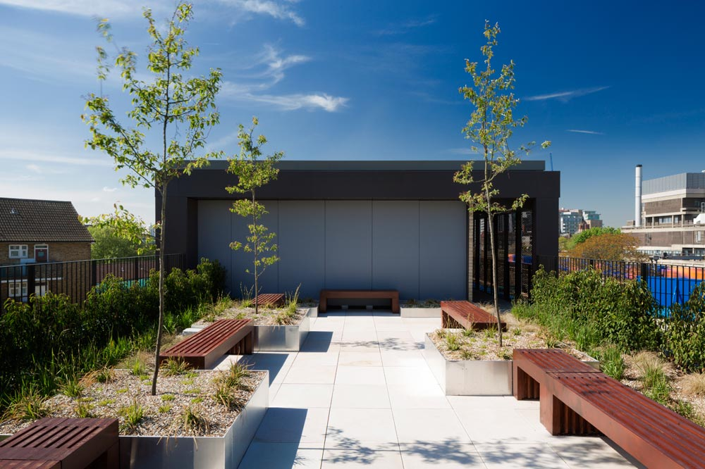 The ecological green footprint of the site is enhanced with carefully designed patios, courtyards and green roofs with low maintenance planting. The scheme includes communal roof terraces with great views across central London and secure cycle storage.